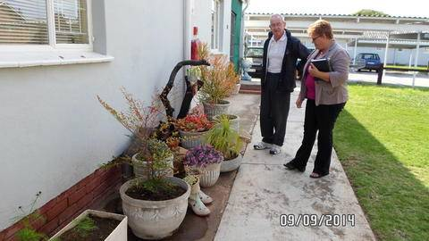 Mnr en Mrs de Bruyn 's garden being reviewed.